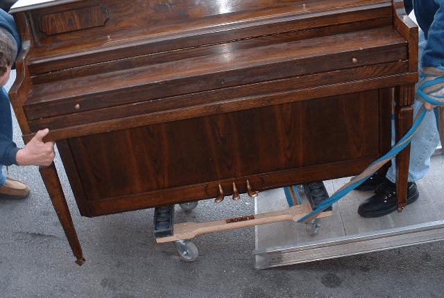 Zongoraszállítás mozgókocsira